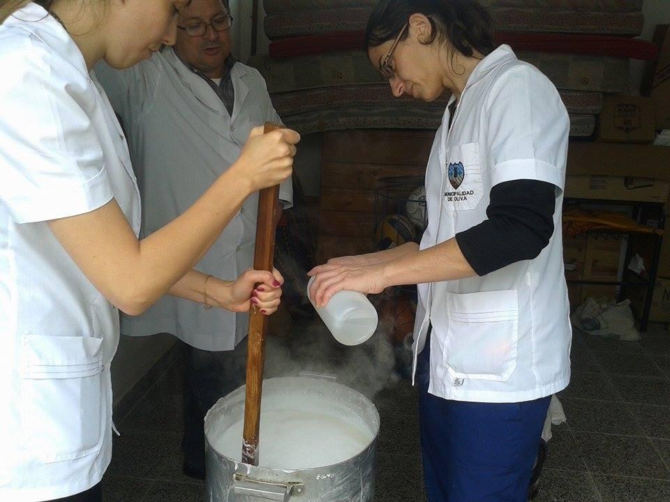 Alumnos de 6to grado elaborando jabón