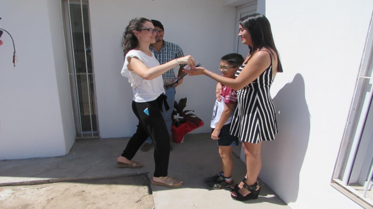 Momento de la entrega de llaves a la feliz propietaria, acompañada de su familia.